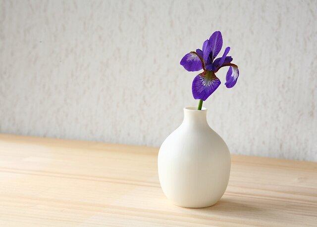 白い磁器の一輪挿し (花器、フラワーベース、花瓶)の画像1枚目