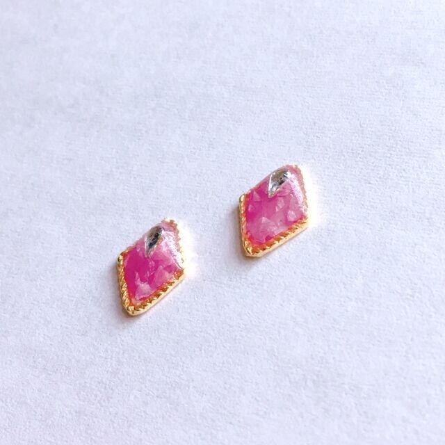 桜貝マーメイドのピンク鱗ピアス/イヤリングの画像1枚目