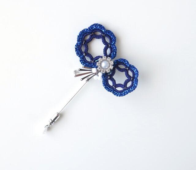 編みモチーフ ラメ糸&キラボタンBigリボンのハットピン(ブルー)の画像1枚目