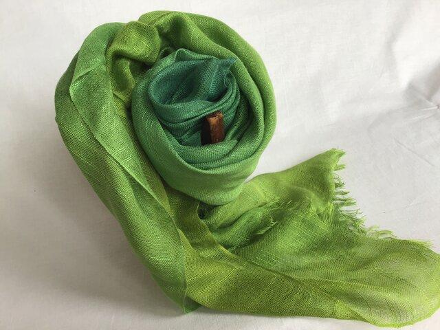草木染め 絹ストール 緑グラデーションの画像1枚目