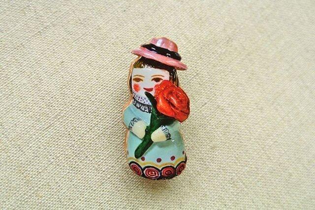 桃色帽子の薔薇のひとブローチの画像1枚目