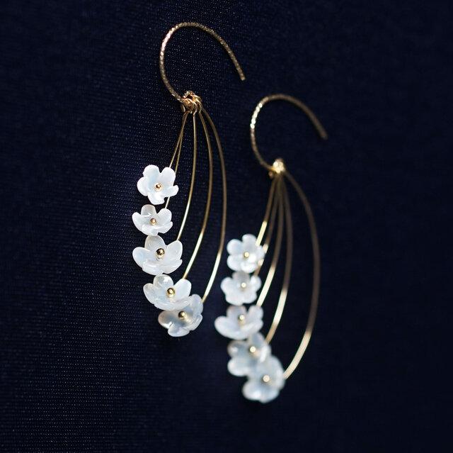 白蝶貝の細工による姫リンゴの花のフックピアス ~Crabapple flowerの画像1枚目