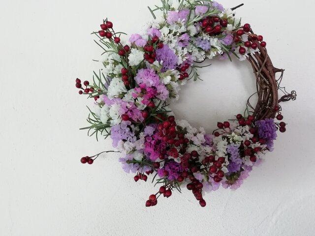 赤い実とスターチスの三日月wreathの画像1枚目