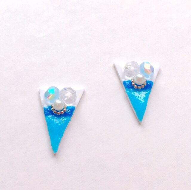 青い洞窟で見つけた三角パールビジューピアス / イヤリングの画像1枚目