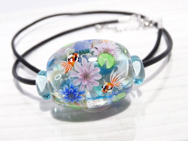睡蓮と金魚のとんぼ玉(ガラス玉)の画像1枚目