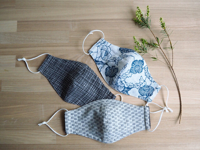 【受注制作】麻の浴衣の涼感マスク 選べるリバーシブル グレー格子とブルーの型染+井桁の白絣の画像1枚目