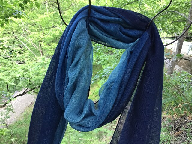 草木染め 絹ストール 藍の画像1枚目
