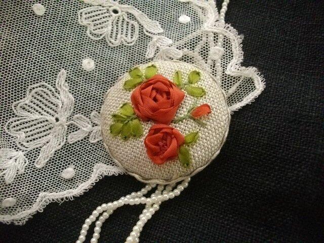 送料込 リボン刺繍エクリュブローチの画像1枚目