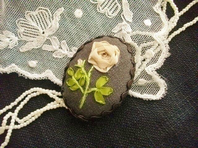 送料込 リボン刺繍ブラウンブローチの画像1枚目