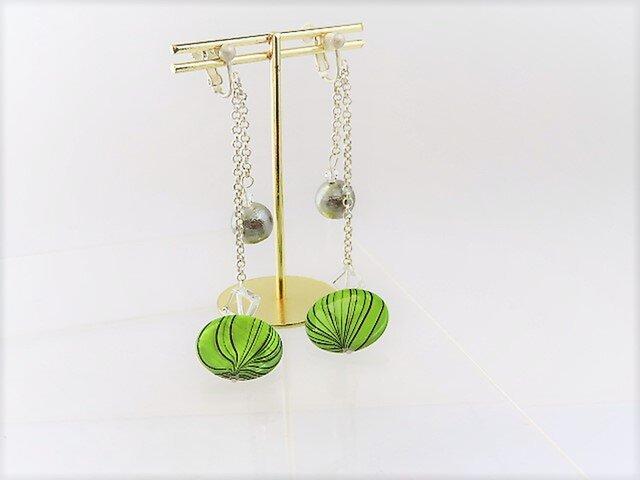 【イヤリング】丸型新緑柄シェルとコットンパール・ホワイトチェーン♪の画像1枚目