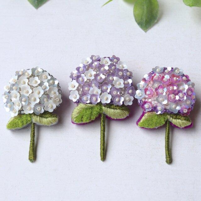 人気の紫陽花シリーズ新色、上品なパープルとホワイトのアジサイブローチshimuraさん。の画像1枚目