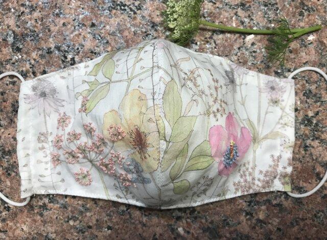 夏用 アゴまで隠れる立体マスク☆リバティ・タナローン ワンポイント刺繍入り フィルターポケットあり 1枚の画像1枚目