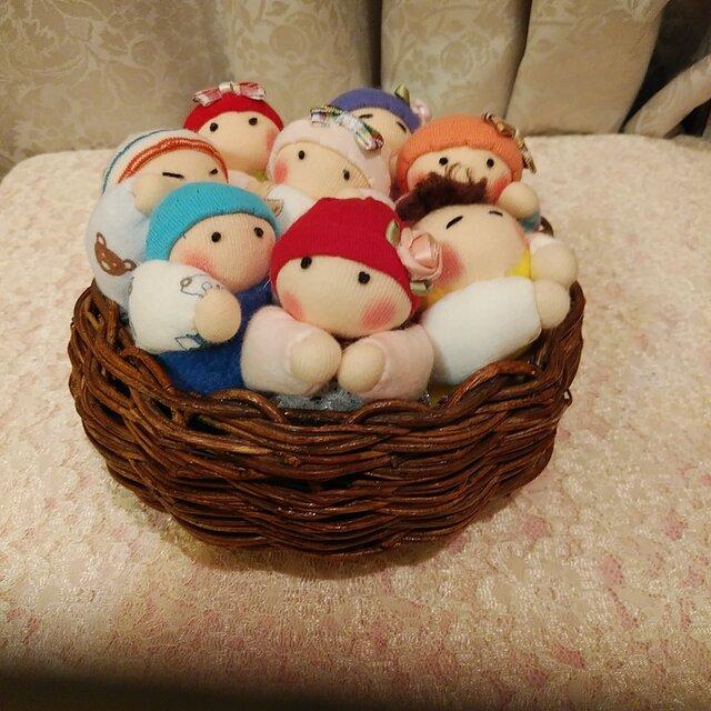 赤ちゃん人形8個(容器付き)送料無料の画像1枚目