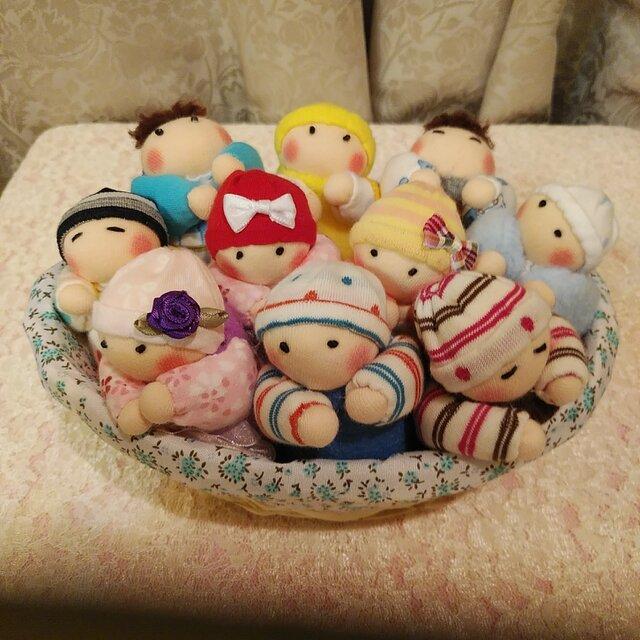 赤ちゃん人形10個(容器付き)送料無料の画像1枚目