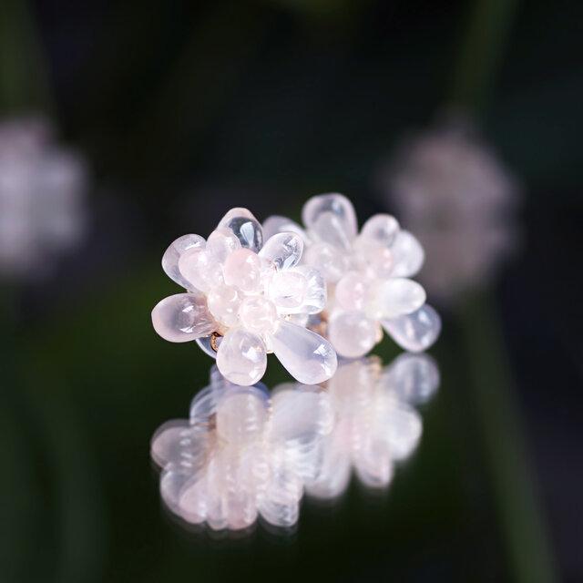 ローズクォーツによる蓮の花のピアス ~Lotus flowerの画像1枚目