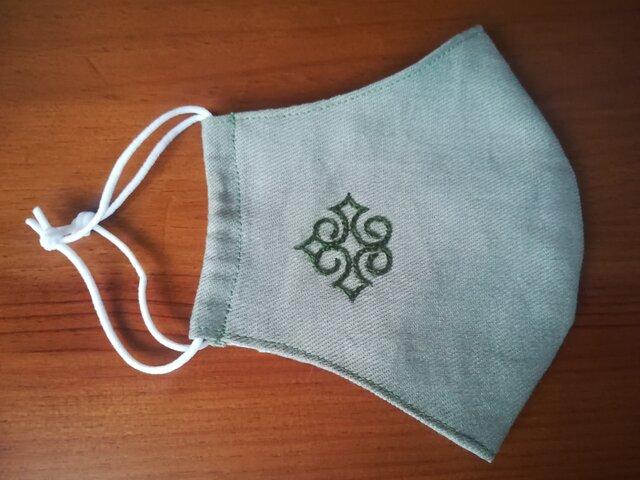手刺繍☆男性にもオススメ☆リネンの立体マスク(アイヌ文様、深緑)の画像1枚目