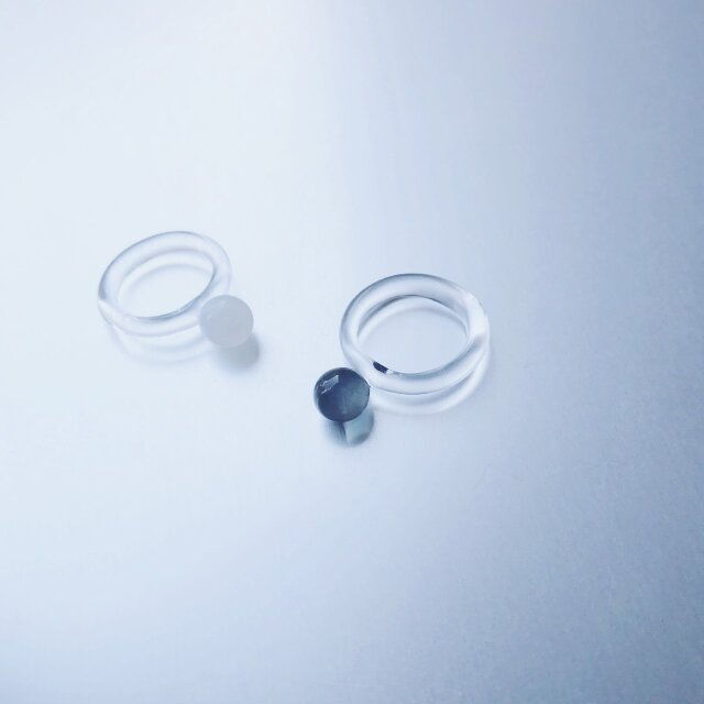 Colored glass simple Ring / Black or Whiteの画像1枚目