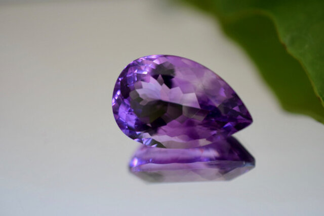 1-82 上品 一点物 大粒天然アメジスト 雫 アメシスト 紫水晶 2月誕生石 天然石 ルース 裸石の画像1枚目