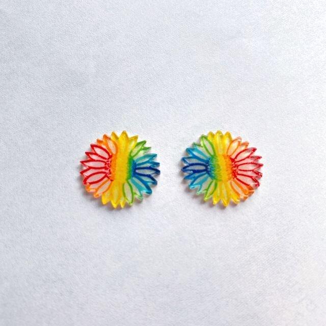 虹色に染めた七色手書きひまわりのカラフルピアス/イヤリングの画像1枚目