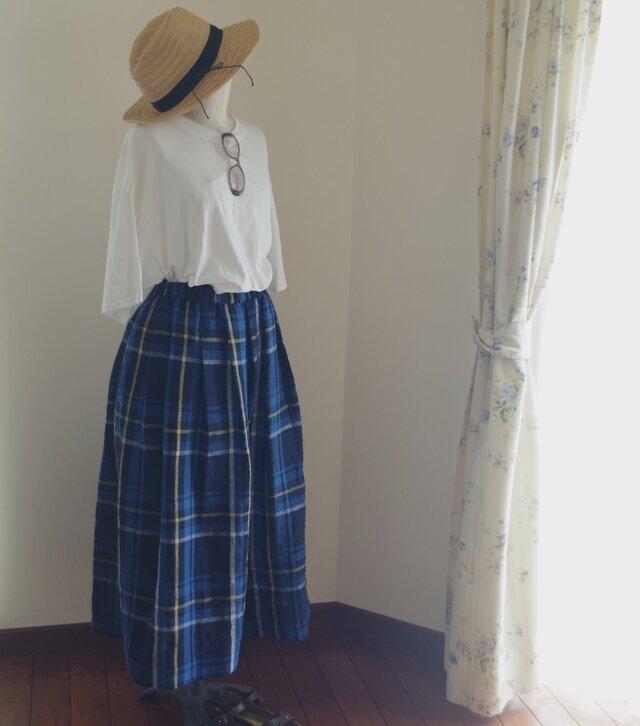 リネン大柄チェックのタックロングスカートの画像1枚目