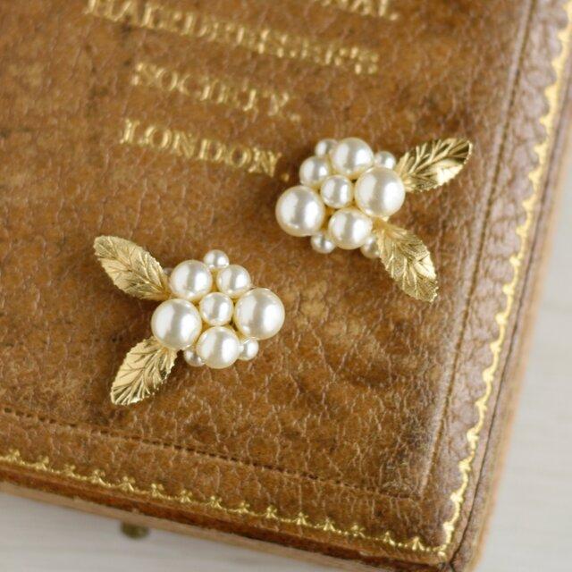 【イヤリング】ヴィンテージな白いお花の画像1枚目
