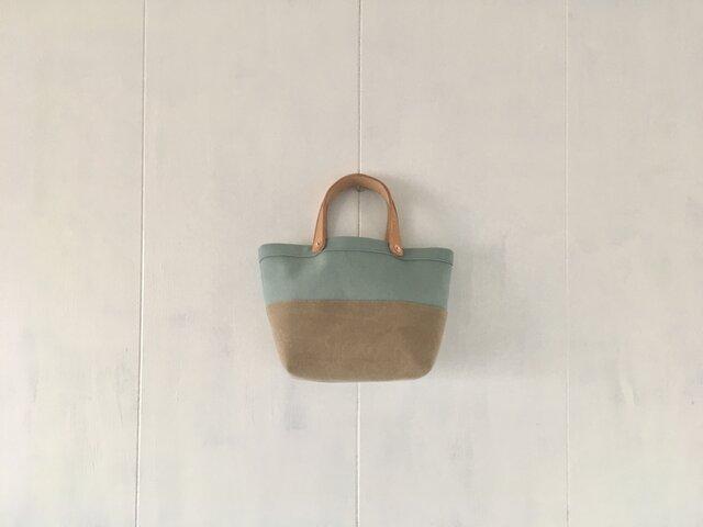 ミントグリーンとカフェオレ色の小さな鞄の画像1枚目