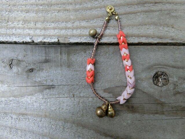 *古のブレス @オールドビーズいろいろ+真鍮のひょうたん鈴+丸玉チャームの画像1枚目