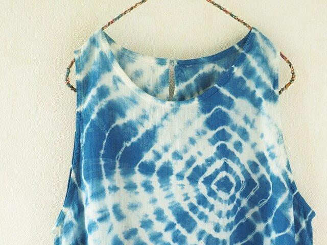 プレー村の藍で染めた・ノースリーブの画像1枚目