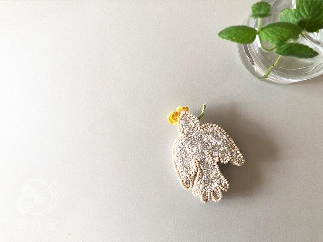 ブローチ【白い小鳥】黄色の画像1枚目