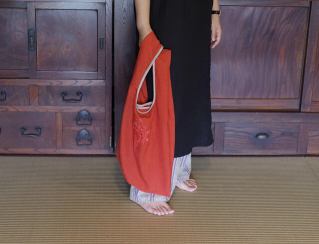 [速乾 / 2size / 4colors] 清潔に使える、アルペンプランツの花束刺しゅうエコバッグ [L / コーラルレッド]の画像1枚目