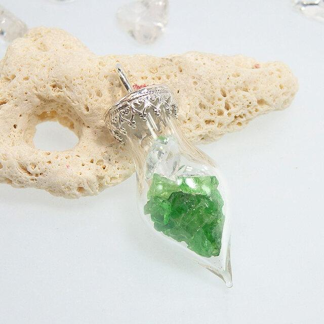 ~原石を閉じ込めて~ ツァボライト原石とハーキマーダイヤモンドのボトルペンダントの画像1枚目