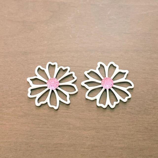 金具が選べる白いお花モチーフピアス/イヤリングの画像1枚目