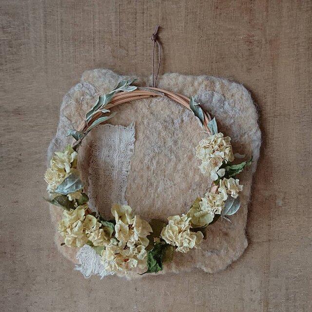 珈琲色のシートと柏葉紫陽花のドライフラワーリースの画像1枚目