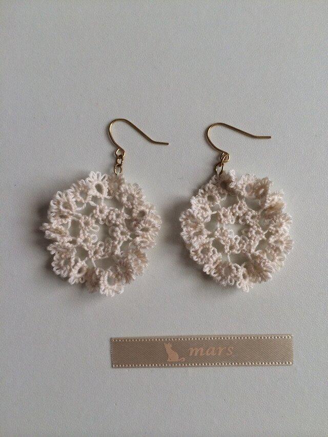 フリルみたいなお花のピアス whiteの画像1枚目