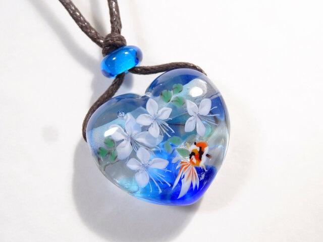 白蝶草と金魚のとんぼ玉ガラスペンダント(ハート型)の画像1枚目