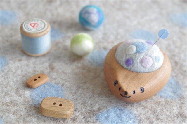 ハリネズミの羊毛ピンクッション【針山】ふわふわ水玉 水色の画像1枚目