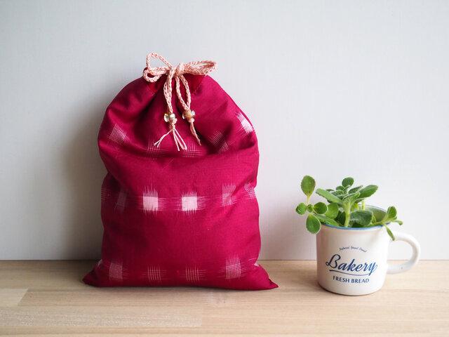 【sakaiazuki様専用受注制作】 茜色と白の絣 巾着とマスクケースのセット、紫の紅型マスクケースの画像1枚目