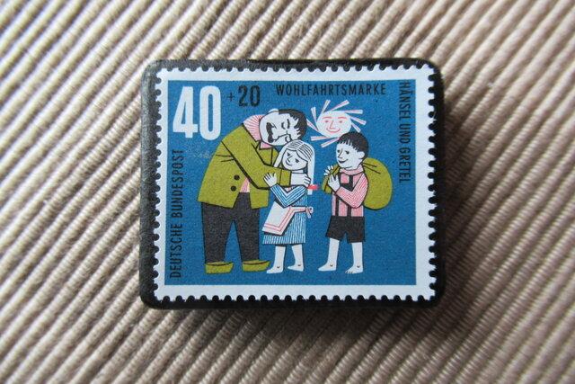 ドイツ 童話 ヘンゼルとグレーテル 切手ブローチ6417の画像1枚目