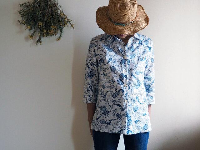 着心地が良いのにきちんと感もある夏のシャツブラウス  藍のお花の型染が爽やか!-涼しい麻昆の浴衣から一点ものの画像1枚目