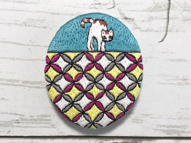 手刺繍ブローチ*七宝の上の猫の画像1枚目