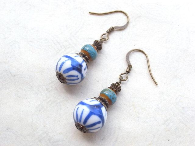 ピアス 藍色と白の花柄陶器ビーズ イヤリング交換可の画像1枚目
