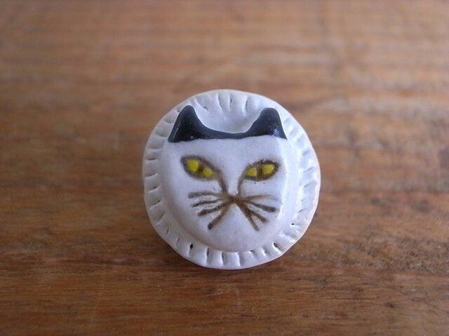 白猫のブローチの画像1枚目