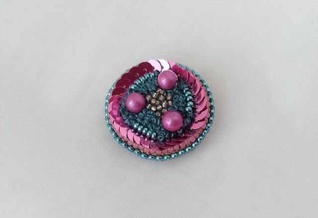 blue&pink 糸とビーズのブローチの画像1枚目