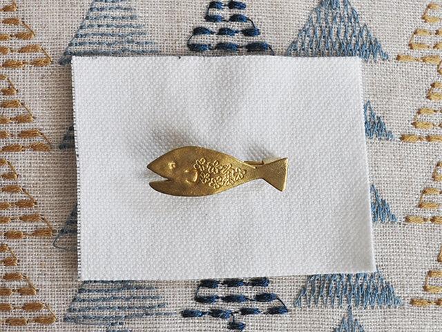 花魚ブローチ 真鍮の画像1枚目