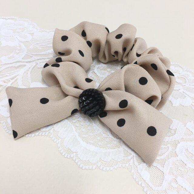 セール価格★リボンが可愛い❤️水玉柄スカーフ素材リボンのボタン付きシュシュ(ベージュ)の画像1枚目