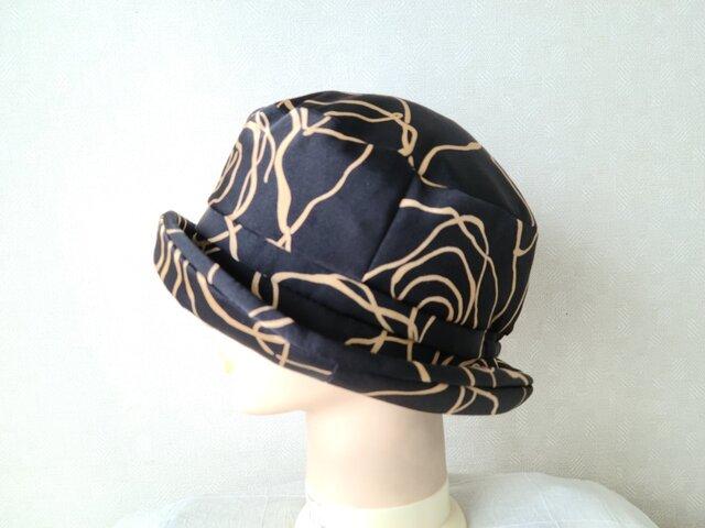 魅せる帽子☆アシンメトリープリント柄のクロッシュ~ブラックの画像1枚目