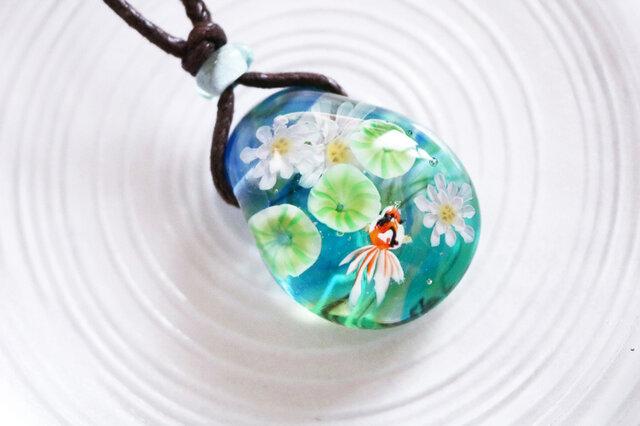 蓮と金魚のとんぼ玉ガラスペンダントの画像1枚目