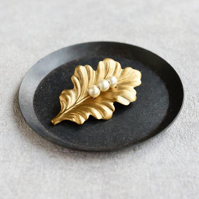 再販可能・メルマガ掲載【ブローチ】ヴィンテージな真鍮 オークリーフ パールの画像1枚目