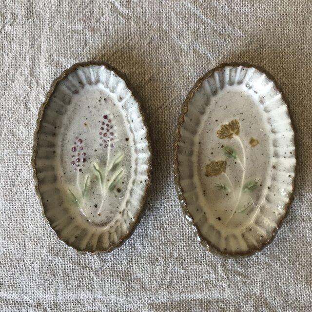 粉引きの楕円豆皿 (紫と黄色の花)2枚セットの画像1枚目