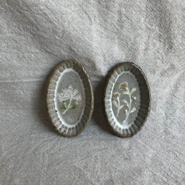 粉引きの楕円豆皿 (ピンクと黄色の花)2枚セットの画像1枚目